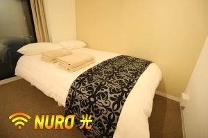 A bed or beds in a room at 新宿御苑 Cozy and clean room New apt