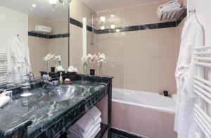A bathroom at Fraser Suites Le Claridge Champs-Elysées