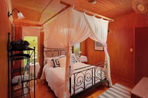 A bed or beds in a room at Worendo Cottages