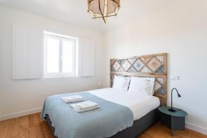 A bed or beds in a room at Feels Like Home Martim Moniz Trendy Flat