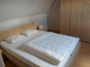 A bed or beds in a room at Huisjes aan zee