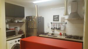 A kitchen or kitchenette at Loft frente ao mar do Rio vermelho