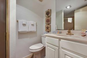 A bathroom at Beachfront Port Aransas Condo w/ Pool Access!