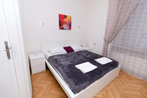 A bed or beds in a room at Gold Oscar Apartment