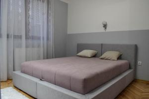 A bed or beds in a room at Apartmani ELITE