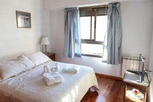 Una cama o camas en una habitación de Hermoso 9no piso en zona céntrica. Cochera.