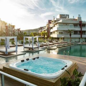 The swimming pool at or close to Apartamento em Frente à Ilha do Campeche!