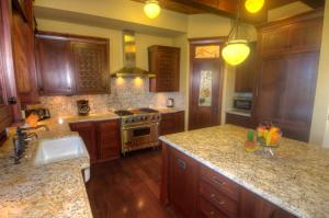 A kitchen or kitchenette at Hale Lani - Custom Built Ocean view Home on Golf Course with A/C