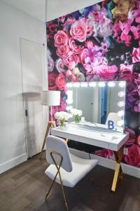 A bathroom at Resolution Suite: Learn to Dance