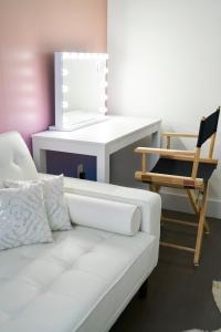 A seating area at Resolution Suite: Snap The Best Shot
