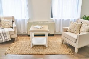 A seating area at Resolution Suite: Be The Best Host