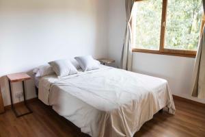 Una cama o camas en una habitación de Cabaña La Cascadita
