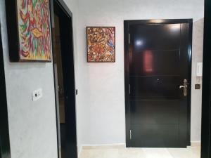 """A television and/or entertainment center at Sabor Apartment """"Anas Majorelle"""""""