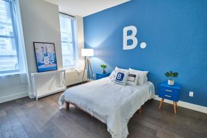 A bed or beds in a room at Resolution Suite: Meet New People
