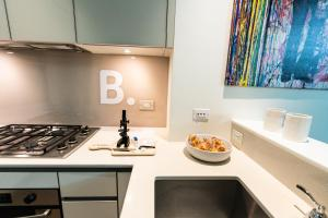 A kitchen or kitchenette at Resolution Suite: Turn Your Passion Into a Business