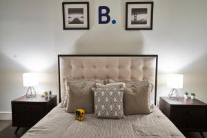 A bed or beds in a room at Resolution Suite: Learn to Code