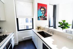 A kitchen or kitchenette at Resolution Suite: Be More Stylish