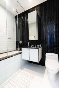 A bathroom at Resolution Suite: Be The Best Host