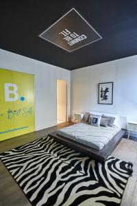 A bed or beds in a room at Resolution Suite: Be More Active