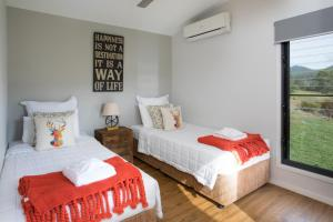 A bed or beds in a room at Greenlee Cottages