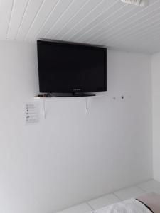 Uma TV ou centro de entretenimento em Pouse Bem