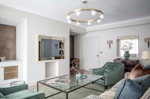 A seating area at Arlington House Apartments