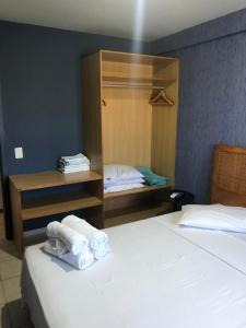 A bed or beds in a room at Muro Alto Suites - Marupiara