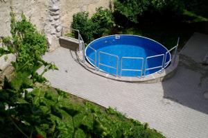 Výhled na bazén z ubytování Relax Dubá nebo okolí