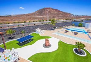 Uitzicht op het zwembad bij Villa Esmeralda of in de buurt