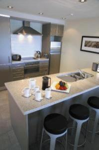 A restaurant or other place to eat at The Waterfront Suites - Heritage Collection