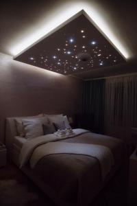 Posteľ alebo postele v izbe v ubytovaní AH Luxury Skynight Apartment