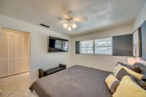 Ein Bett oder Betten in einem Zimmer der Unterkunft BOATERS.HOUSE Cape Coral, Florida