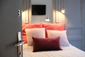 A bed or beds in a room at TOWNHOUSE TROUVILLE - Appart'Hotel & Studios