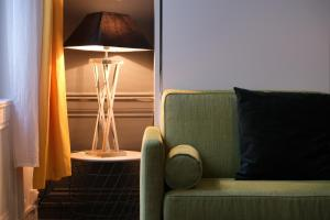 A seating area at TOWNHOUSE TROUVILLE - Appart'Hotel & Studios