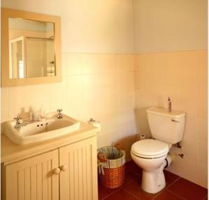 A bathroom at Cabriere Cottage