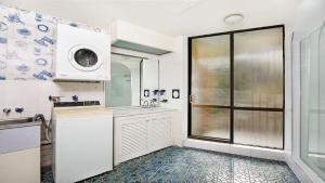 A kitchen or kitchenette at By The Sea Unit 5, 13 Esplanade, Kings Beach
