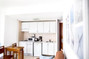 A kitchen or kitchenette at Corralejo Surfing Colors Hotel&Apartments