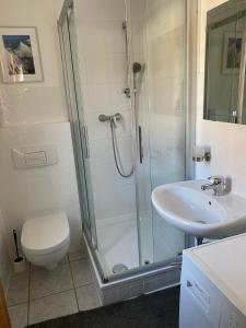 A bathroom at Ferienwohnung Hakenbuden 2