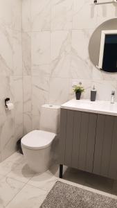 Vannas istaba naktsmītnē Center Luxury Apartment
