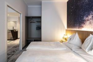 Ein Bett oder Betten in einem Zimmer der Unterkunft Starlight Suiten Hotel Renngasse