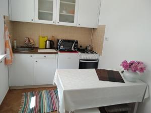 Кухня або міні-кухня у Teatralni Apartments