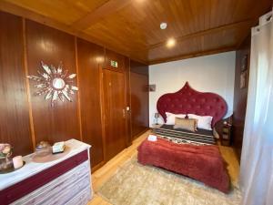 A bed or beds in a room at Quinta Leiras de Mondim