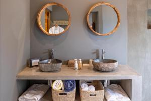 A bathroom at Tamboti River Lodge