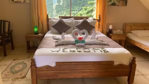 A bed or beds in a room at Mountain Lodge