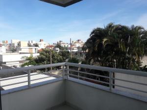 Un balcón o terraza de Ingleses piscina 450m da praia WI-FI
