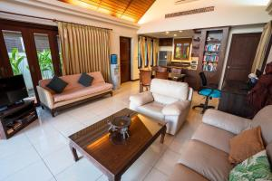 A seating area at Beachfront Villa 2 Bedrooms with Private Pool