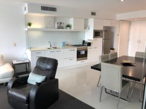 A kitchen or kitchenette at Luxury Large One Bedroom Surfers Paradise
