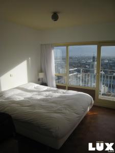 Un ou plusieurs lits dans un hébergement de l'établissement Lux Skyline Sea-View Apartments
