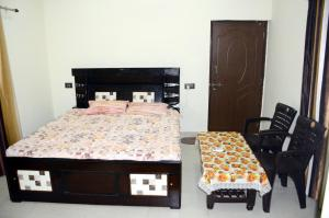 A bed or beds in a room at Sushma's Homestay-Serene and spacious home near river ganga