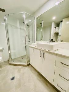 A bathroom at Kirra Beach Apartments